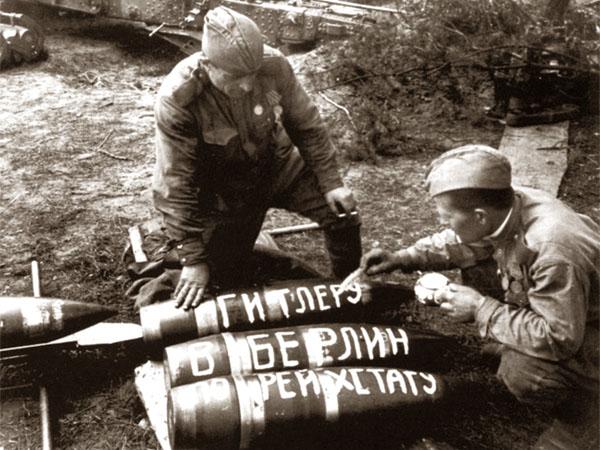 Хмурые обелиски оскорбляют память солдат