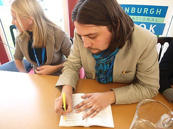 Раздача автографов на книжном фестивале в Эдинбурге