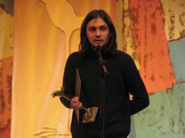 Александр Гриценко произносит речь после получения Национальной премии «Дебют»