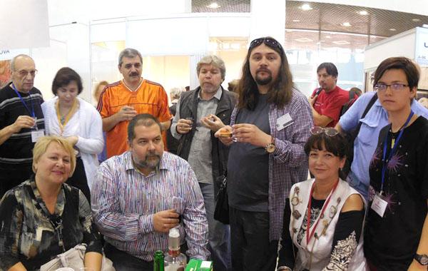Сергей Лукьяненко, а также другие писатели и литературные агенты на праздновании 60-летия Интернационального Союза писателей на Московской Международной книжной выставке-ярмарке, 2014