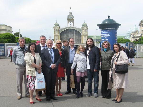 Делегация Интернационального Союза писателей во главе с Александром Гриценко на Пражской книжной выставке на фоне здания, где она проходила, 2012